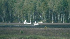 Atterrissage de planeur au delà de brume de la chaleur de piste clips vidéos