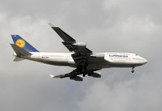 Atterrissage de porteur de Lufthansa Boeing 747 Image libre de droits