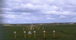 Atterrissage de Privat Airplane sur l'aéroport banque de vidéos