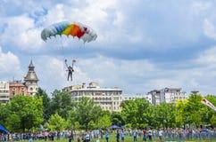 Atterrissage de pullover de parachute dans la ville Photographie stock libre de droits