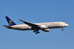 Atterrissage de Saudi Arabian Airlines Boeing 777 Photos libres de droits