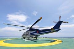 Atterrissage de stationnement d'hélicoptère sur la plate-forme en mer Équipages ou passager de transfert d'hélicoptère au travail image libre de droits
