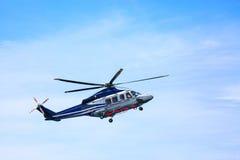 Atterrissage de stationnement d'hélicoptère sur les équipages en mer de plate-forme, de transfert d'hélicoptère ou le passager au Photo libre de droits
