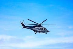 Atterrissage de stationnement d'hélicoptère sur les équipages en mer de plate-forme, de transfert d'hélicoptère ou le passager au Photos libres de droits