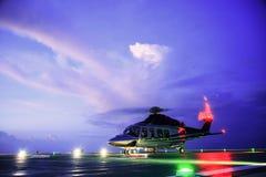 Atterrissage de stationnement d'hélicoptère sur les équipages en mer de plate-forme, de transfert d'hélicoptère ou le passager au Images libres de droits