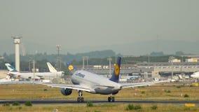 Atterrissage de TLufthansa Airbus A319 banque de vidéos