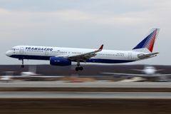 Atterrissage de Transaero Tu-214 RA-64549 à l'aéroport international de Domodedovo Photo stock
