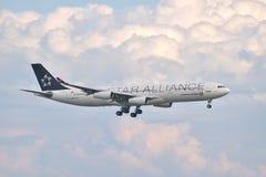 Atterrissage de Turkish Airlines Airbus A340 à l'aéroport d'Istanbul Ataturk Photographie stock