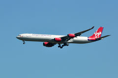 Atterrissage de Virgin Atlantic Airbus A340 Photo stock