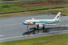 Atterrissage de voie aérienne de Bangkok à l'aéroport de Phuket dans le jour rainny Images stock