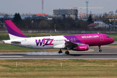 Atterrissage de Wizzair photos libres de droits