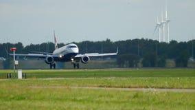 Atterrissage des Anglais Aairways Embraer 190 banque de vidéos