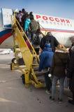 Atterrissage des passagers ordinaires sur un avion Photos libres de droits