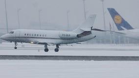 Atterrissage du faucon 2000 CS-DL de NetJets l'Europe Dassault à Munich, neige banque de vidéos