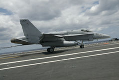 Atterrissage du frelon F-18 Image stock