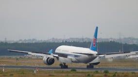 Atterrissage du sud de Boeing 777 de cargaison de la Chine banque de vidéos