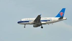 Atterrissage du sud de la Chine Airbus A320 à l'aéroport de Changi Image stock
