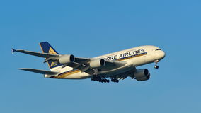 Atterrissage enorme superbe de Singapore Airlines Airbus A380 à l'aéroport de Changi Images libres de droits