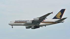Atterrissage enorme superbe de Singapore Airlines Airbus A380 à l'aéroport de Changi Images stock