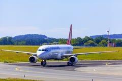Atterrissage et arrivées sur l'aéroport de Vaclav Havel, Prague, AI turque image stock