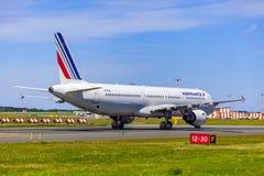 Atterrissage et arrivées sur l'aéroport de Vaclav Havel, Prague, Air France Airbus A321-212 par derrière images stock