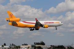 Atterrissage lourd d'avion à réaction de cargaison Images libres de droits