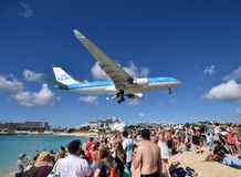 Atterrissage lourd de jet de KLM au-dessus de Maho Beach images stock