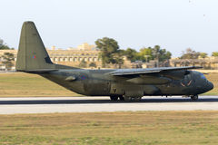 Atterrissage militaire de transporteur le soir Images stock