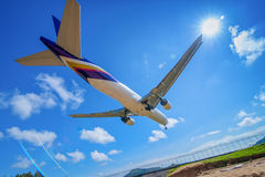 Atterrissage plat à l'aéroport de phuket Photographie stock libre de droits