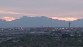 Atterrissage plat à l'aéroport de port de ciel à Phoenix clips vidéos