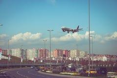 Atterrissage plat au-dessus d'autoroute Photos libres de droits