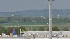 Atterrissage plat dans l'aéroport de Munich MUC banque de vidéos