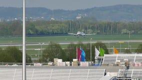 Atterrissage plat dans l'aéroport de Munich MUC clips vidéos