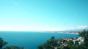 Atterrissage plat dans Nice l'azur de ` de la petite ferme d d'aéroport le soleil de mer d'élément de conception clips vidéos