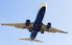 Atterrissage plat de lignes aériennes de Ryanair Photo libre de droits