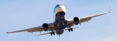 Atterrissage plat de lignes aériennes de Ryanair Image libre de droits