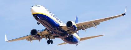 Atterrissage plat de lignes aériennes de Ryanair Image stock