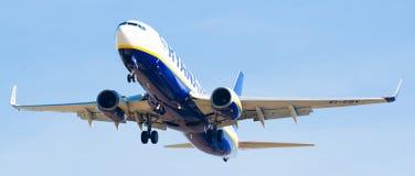 Atterrissage plat de lignes aériennes de Ryanair Photos stock
