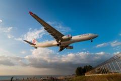 Atterrissage plat de voies aériennes de Dragonair à l'aéroport de phuket Photos libres de droits