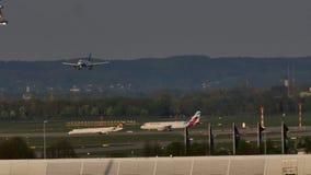 Atterrissage plat sur l'aéroport de Munich clips vidéos