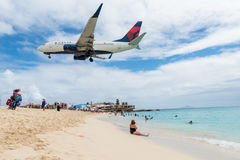 Atterrissage plat volant au-dessus de Maho Beach célèbre Photos libres de droits