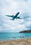 Atterrissage plat volant au-dessus de Maho Beach célèbre Photographie stock libre de droits