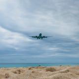 Atterrissage plat volant au-dessus de Maho Beach célèbre Photographie stock