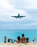 Atterrissage plat volant au-dessus de Maho Beach célèbre Photo stock