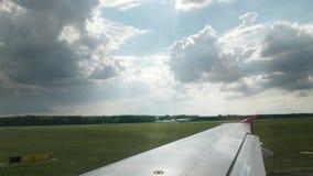 Atterrissage réussi des avions à l'aéroport international sur la piste fumée de dessous les roues du contact banque de vidéos