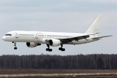 Atterrissage RA-73009 de Boeing 757-300 de lignes aériennes d'Avia d'énergie à l'aéroport international de Domodedovo Photographie stock libre de droits