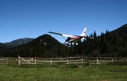 Atterrissage sur la piste d'atterrissage de montagne Images libres de droits