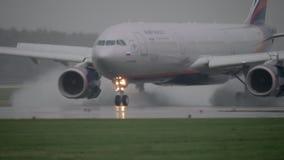 Atterrissage A330 sur la piste humide banque de vidéos