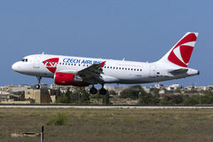 Atterrissage tchèque d'avion de ligne Images stock