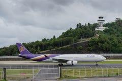 Atterrissage thaïlandais de voie aérienne à l'aéroport de phuket Photos stock